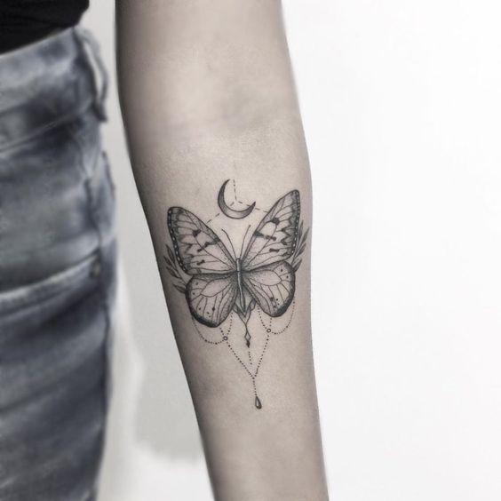 tatuagem feminina no braço borboleta