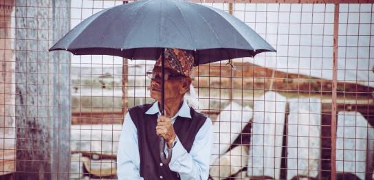 傘を差す男性