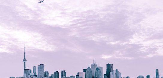 街から旅立つ飛行機