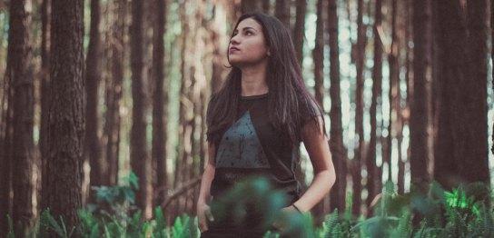 森林の中の女性