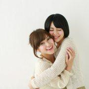 抱き合う女性