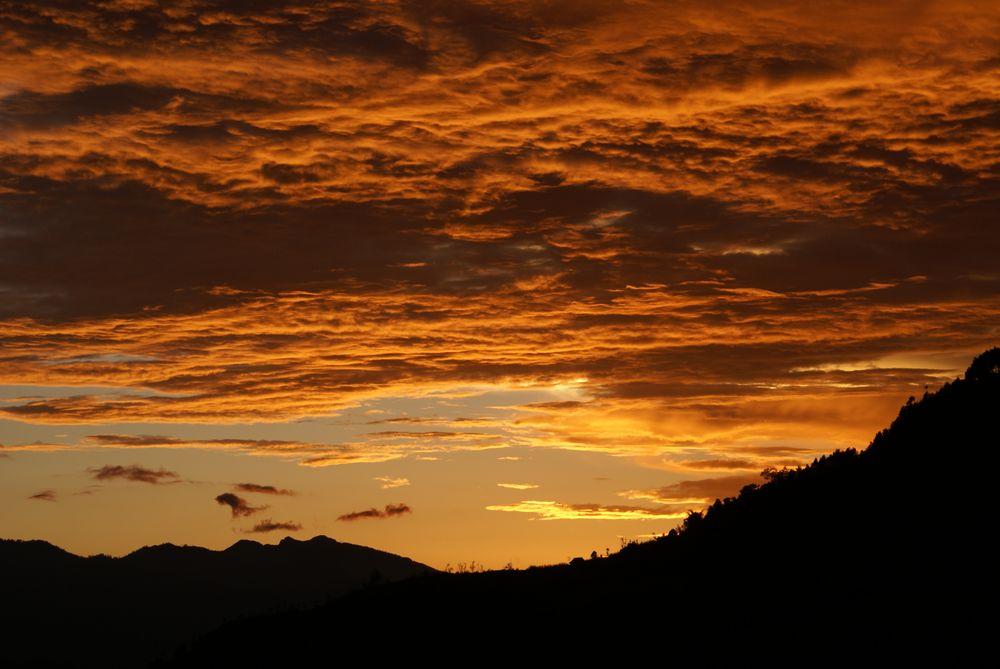 tramonto sulle colline del nepal
