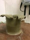 Vaso che sembra esploso con bordi molto frastagliati