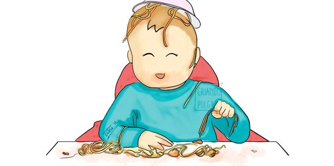bebé comiendo con las manos un plato de espaguetis