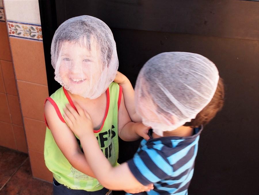 Niños jugando con gorro en la cara