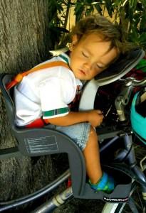 Ciclismo con niños: Niño dormido en silla de bici