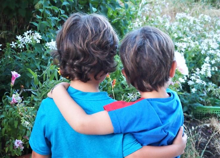 Dos niños abrazandose por detras