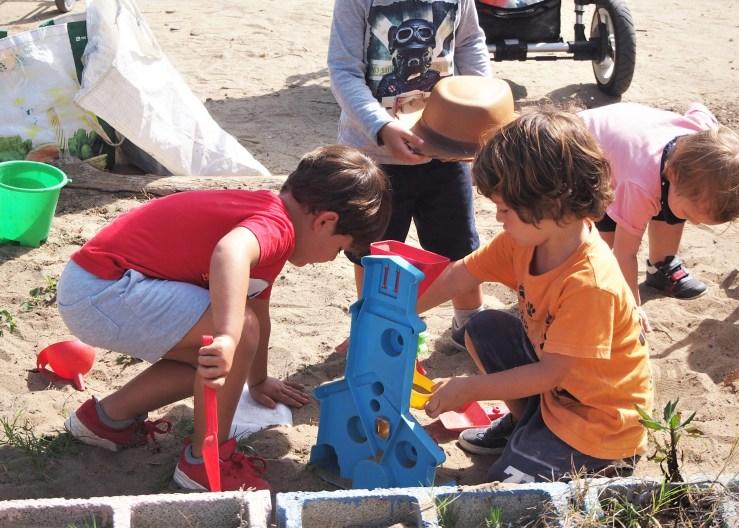 Niños jugando con la arena