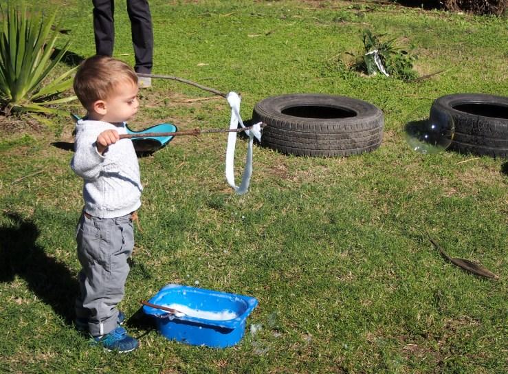 Niño pequeño haciendo pompas