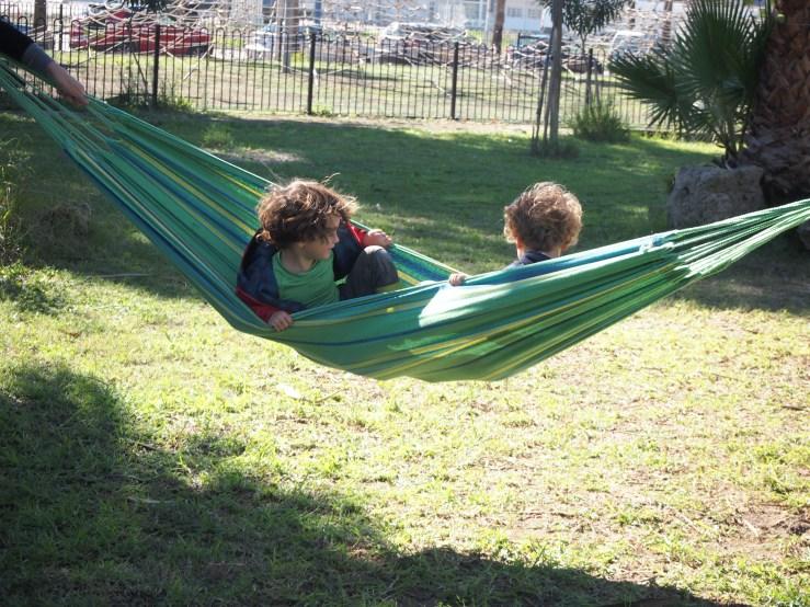 Niños en una hamaca verde muy tranquilos