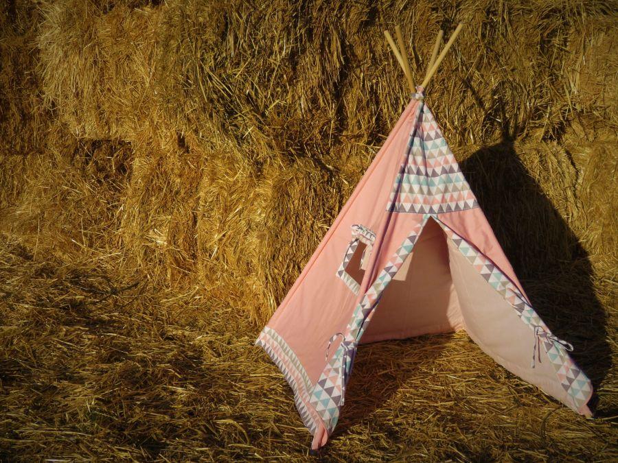 Tienda tipi de tela de color rosa en un pajar