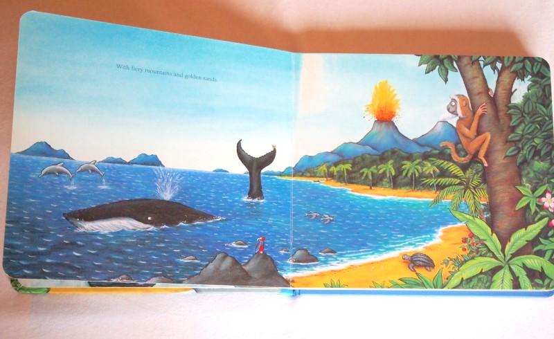 Ballena nadando por mares tropicales con el caracol en su cola