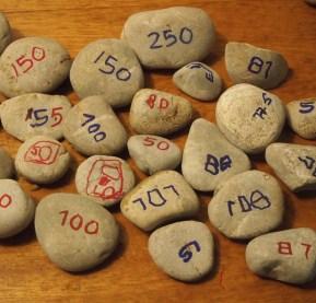 Pesas para la balanza casera de percha que son piedras