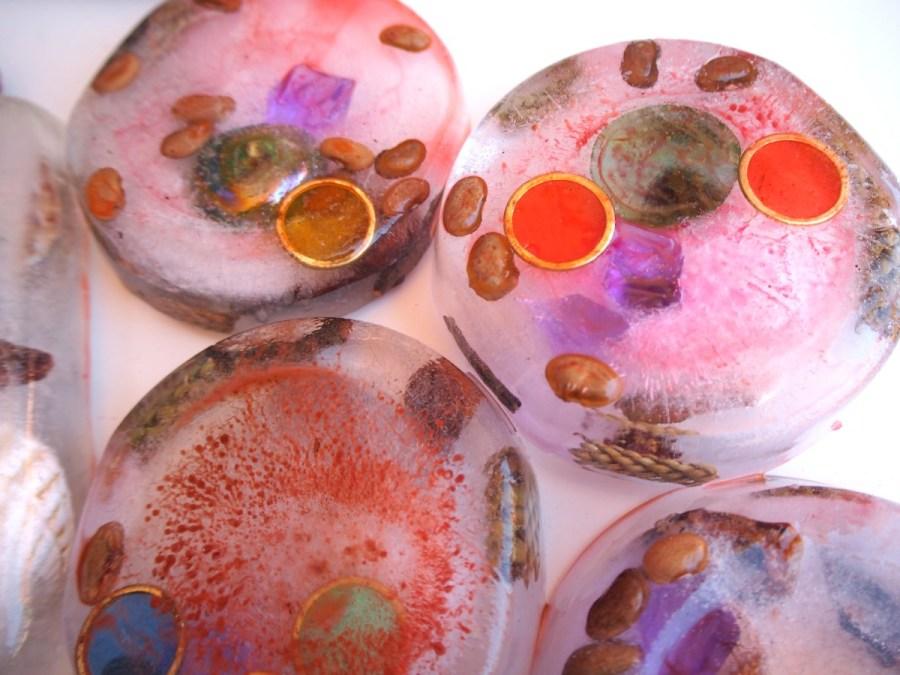 Bloques de hielo con cosas dentro coloreados