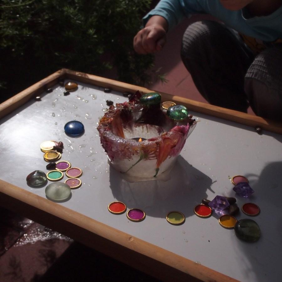 Nico colocando las piedras para decorar el bol de hielo