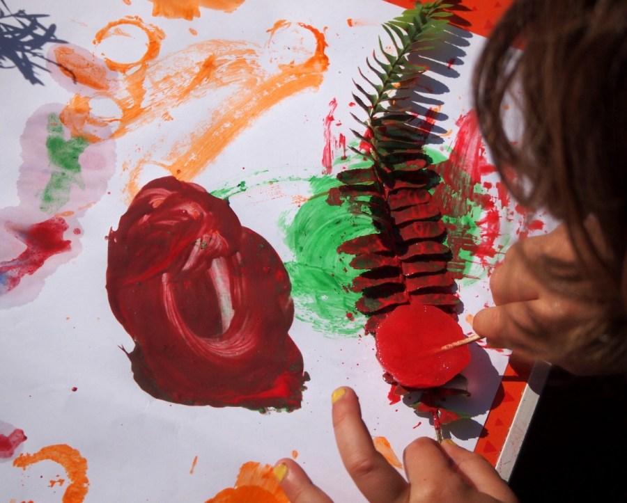 Pintando con  los cubitos de colores en hojas de plantas