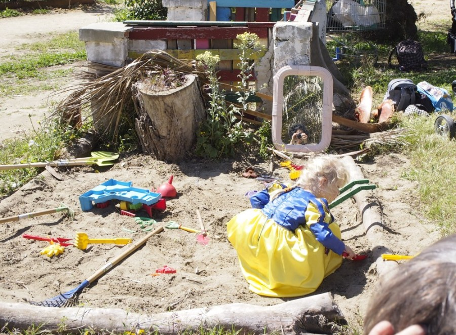 Niña jugando en el arenero de nuesro grupo de juego