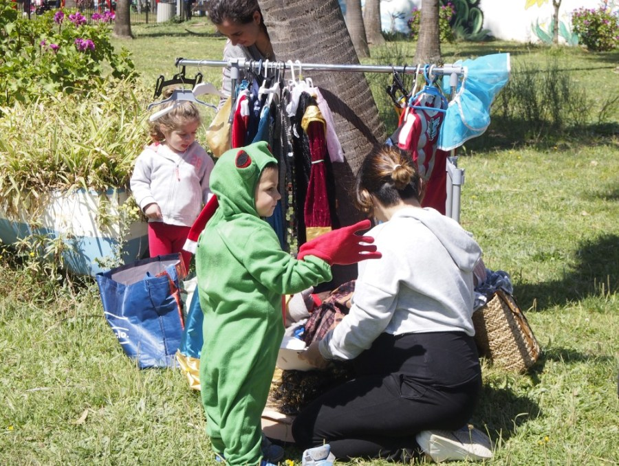 Niños eleigiendo disfraces del armario de disfraces del grupo de juego