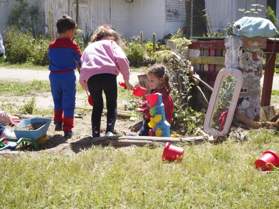 Niños jugando en el arenero