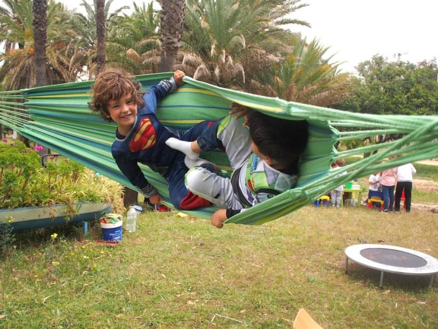 Niños columpiandose fuerte en una hamaca