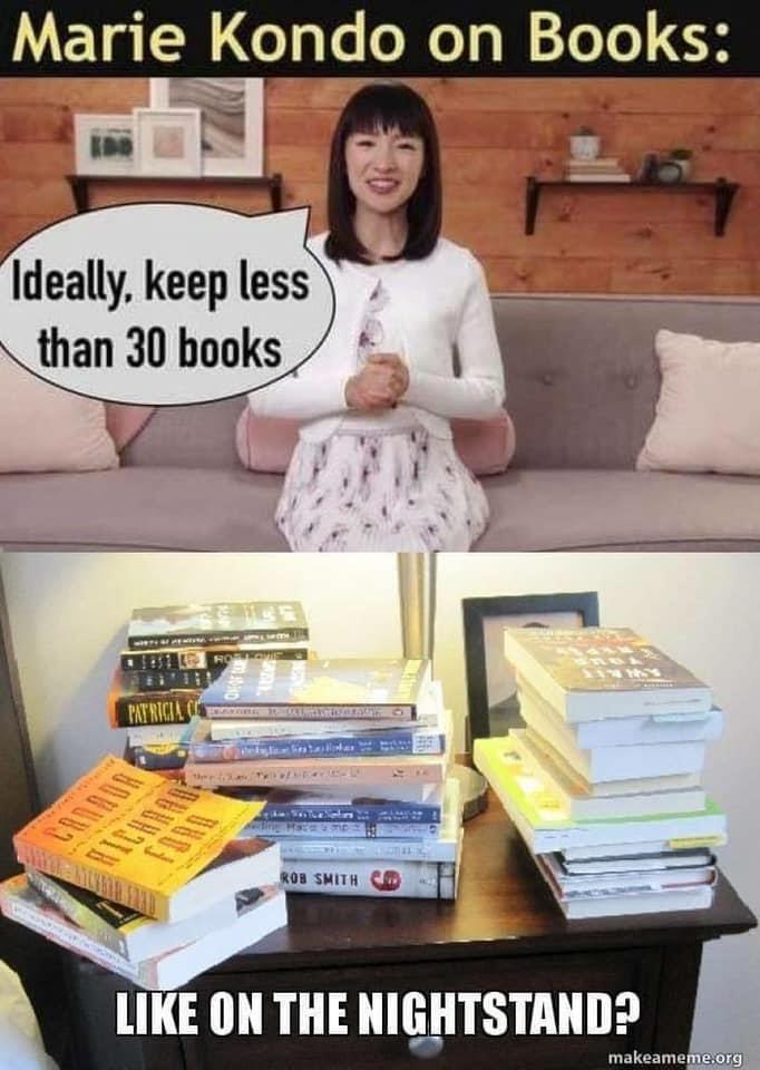 Meme con Marie Kondo sobre el tema acumular libros