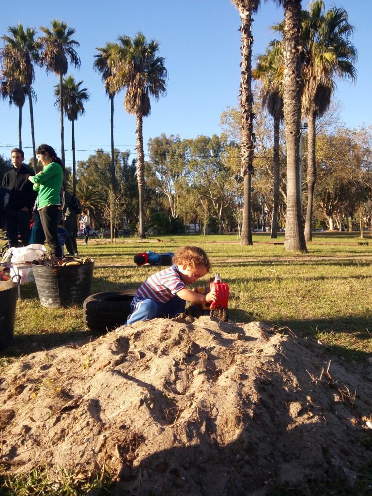 Niño jugando con la arena en un montón de arena. Así empezó nuestro arenero