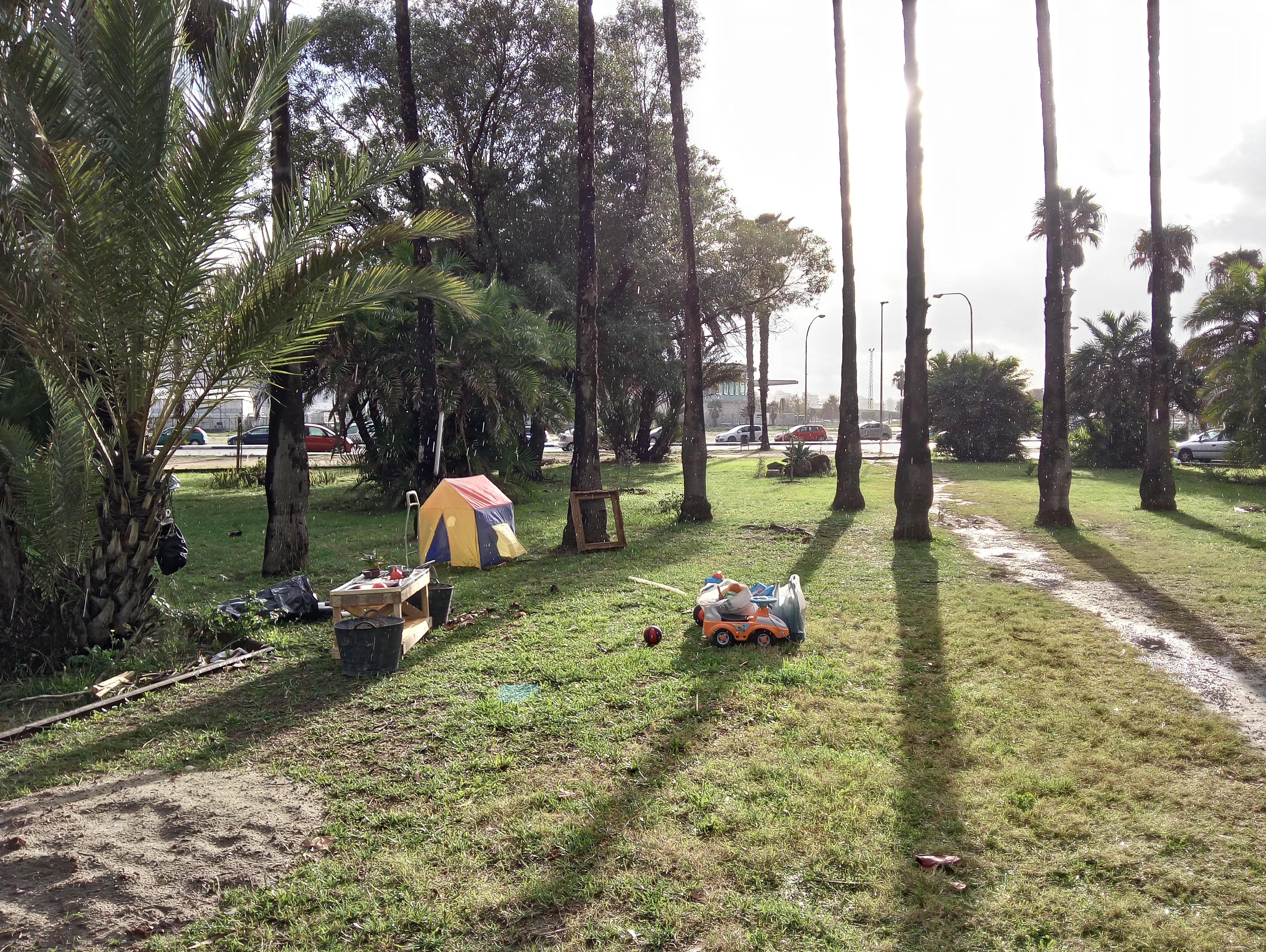 Día de lluvia en el parque, así estuvimos, no vino nadie. Me costó un par de veces darme cuenta de que esto es Andalucía y que la genet no sale si llueve ><