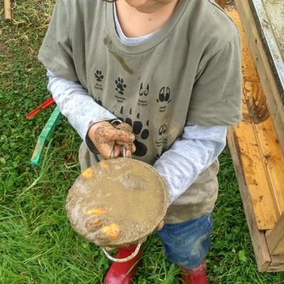 Nico agarrando un cacharro lleno de barro