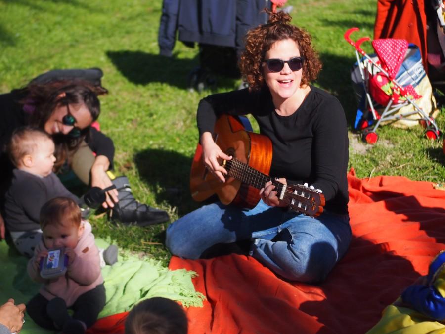 Nina con su guitarra en el grupo de juego en familia