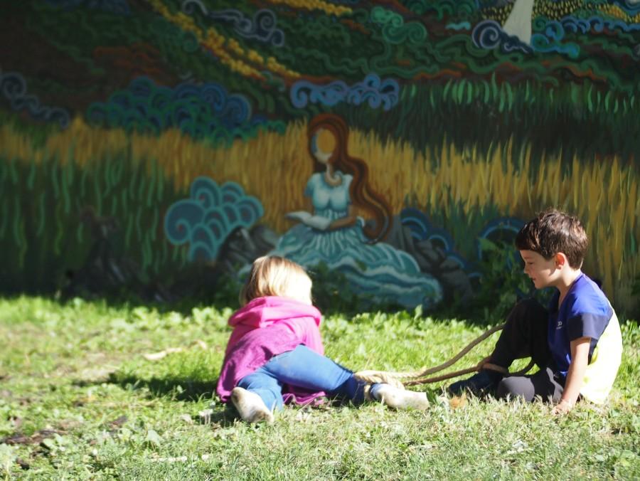 Niños en el suelo jugando con cuerda en el grupo de juego