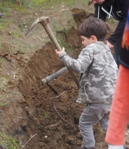 Niñlo con hazada haciendo un camino de la reserva ecológica de Ojén