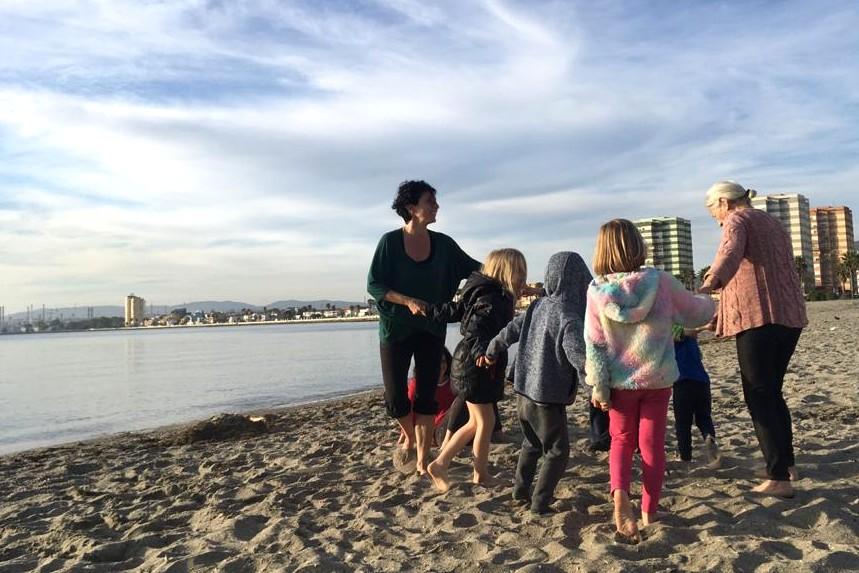 Bailando en círculo con los peques en la playa