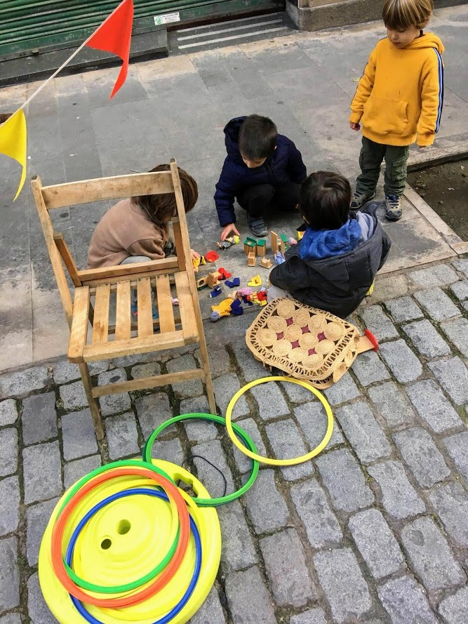 Niños jugando en las calles de Barcelona en el evento de barrio para retomar la calle para el juego