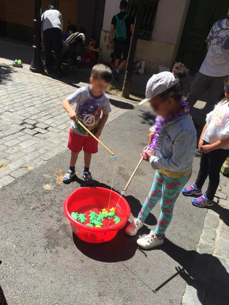 Juegos de agua en el evento Territori infantil en una calle d eun barrio de barcelona