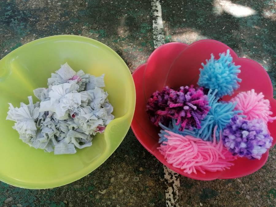 2 boles con pompones. Derecha pompones de lana, izquierda pompones hechos de tiras de camisetas.