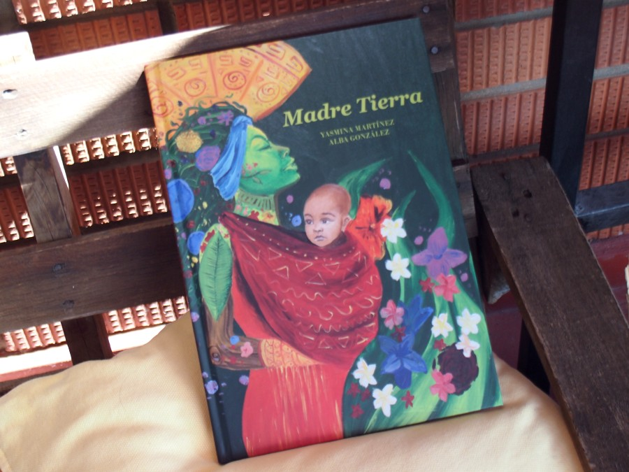 """Foto de portada del libro """"Madre Tierra"""" en un sofa de terraza"""