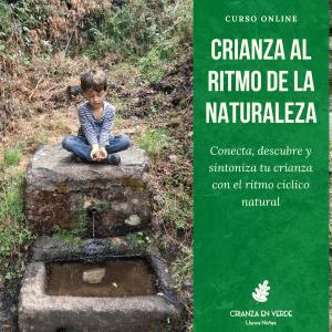 """Foto de portada del curso: """"Crianza al ritmo de la naturaleza"""" donde se ve un niño en una fuente con moras en la mano"""
