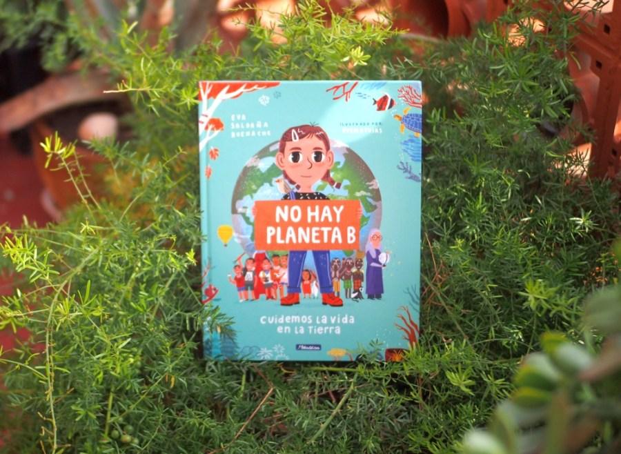 Foto del libro no hay planeta b apoyado en una planta
