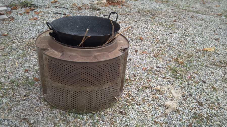 Paellera o sarten grande en la boca del tambor de lavadora dónde se puede poner para cocinar