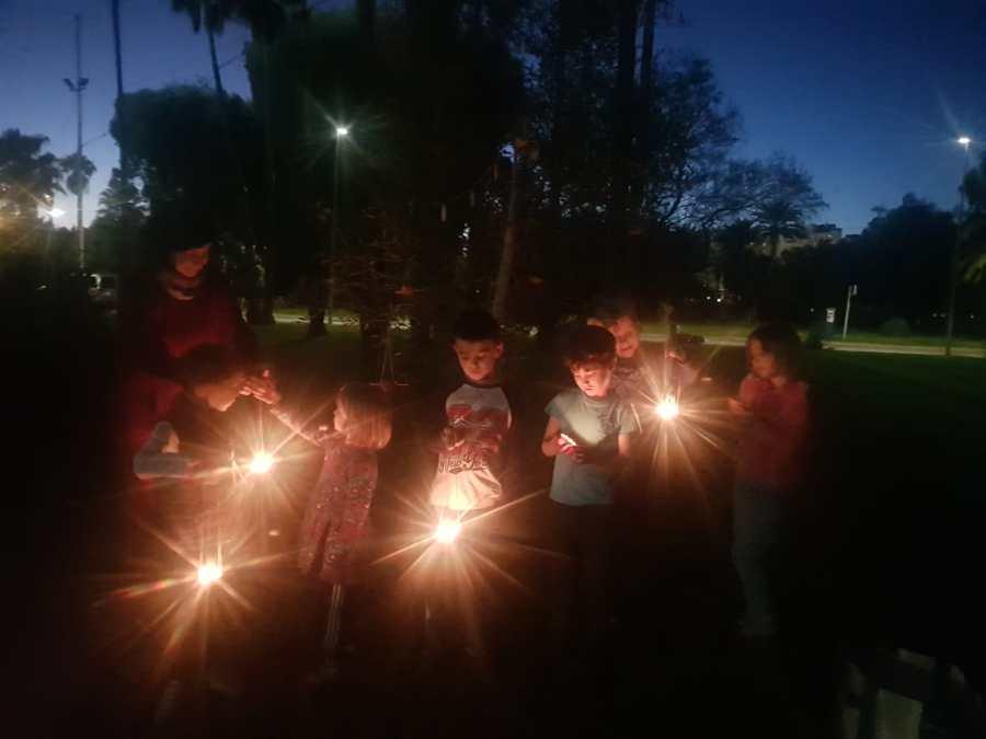 Ninos y niñas mirando velas celebrando el solsticio de invierno