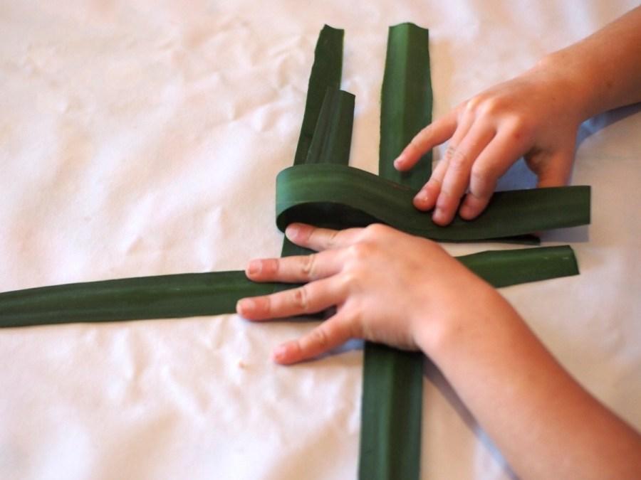 Técnica para hacer esta cruz de Brígit sencilla para peques