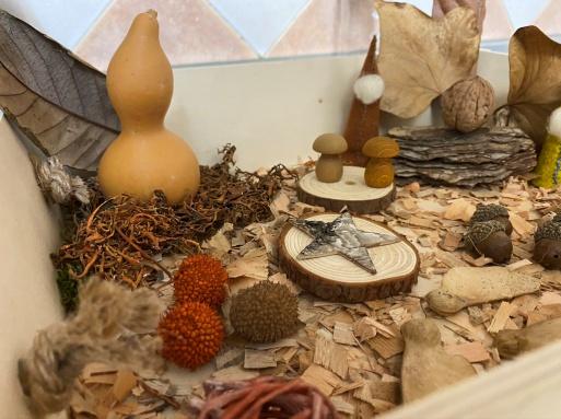 Mesa sensorial y de estación con materiales naturales