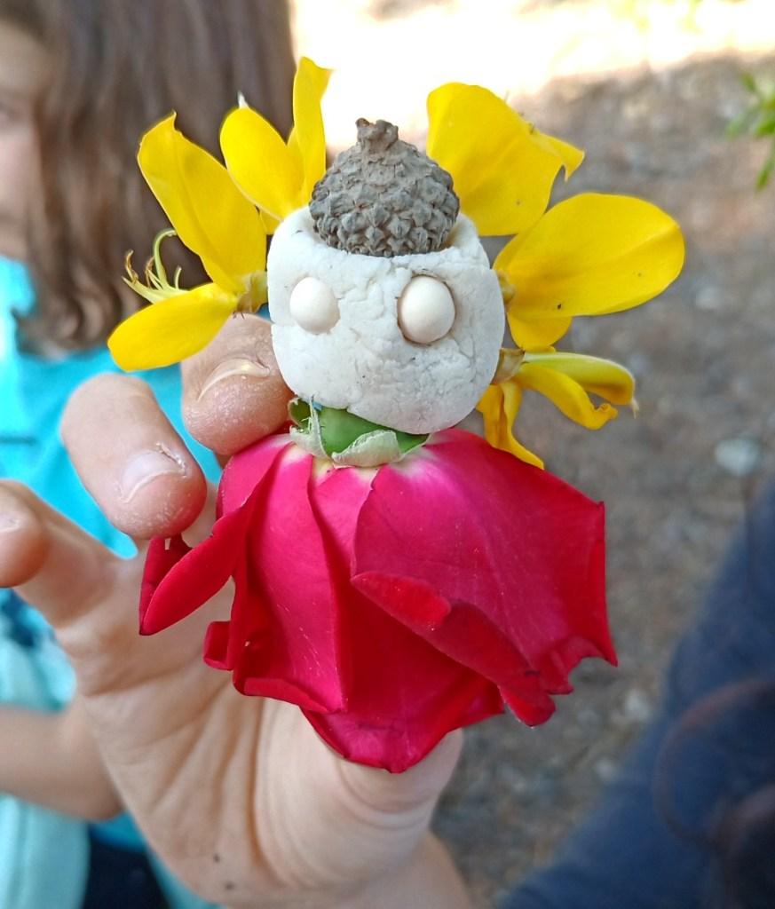 Muñeco o mini duende hecho de plastilina y flores