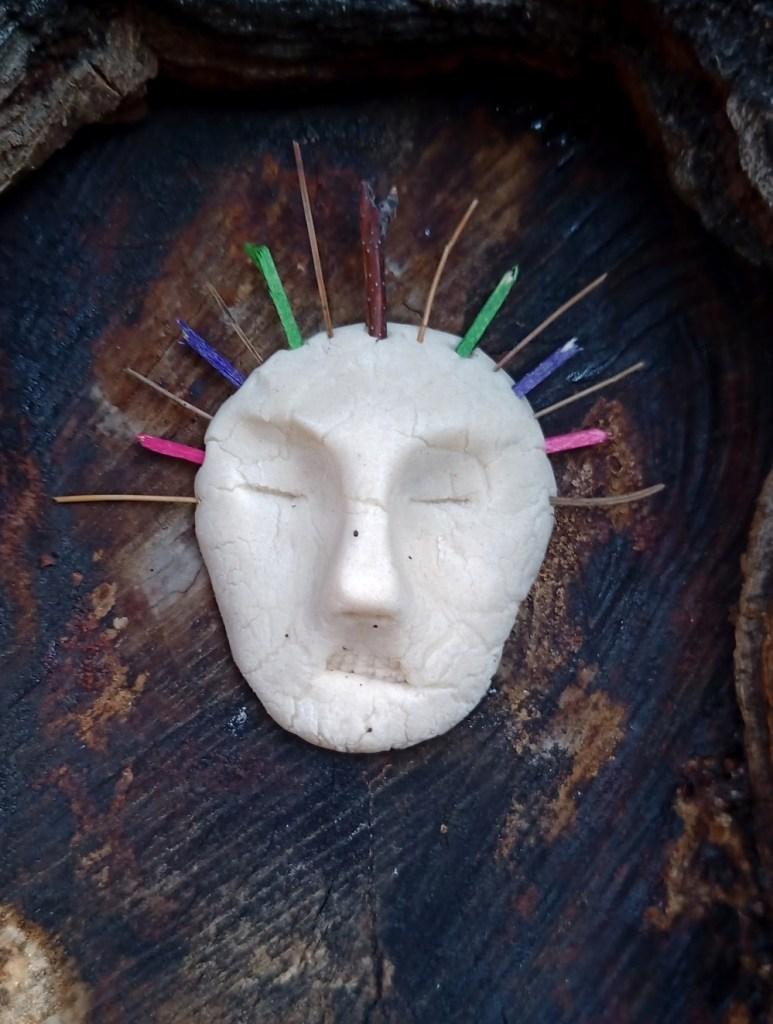 Cara de arbol hecha de plastilina