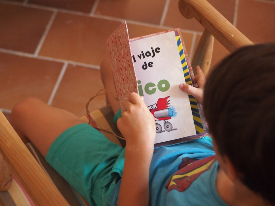 Niño abriendo su cuento  personalizado