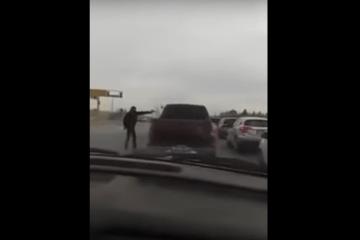 VIDEO: Sicario voert koelbloedige liquidatie uit tussen verkeer bij vol stoplicht