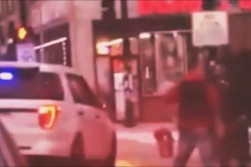 VIDEO: Politieagent pakt verdachte en smijt hem op de grond als een MMA-vechter