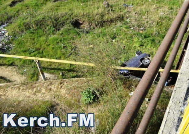 В Керчи с моста упала машина