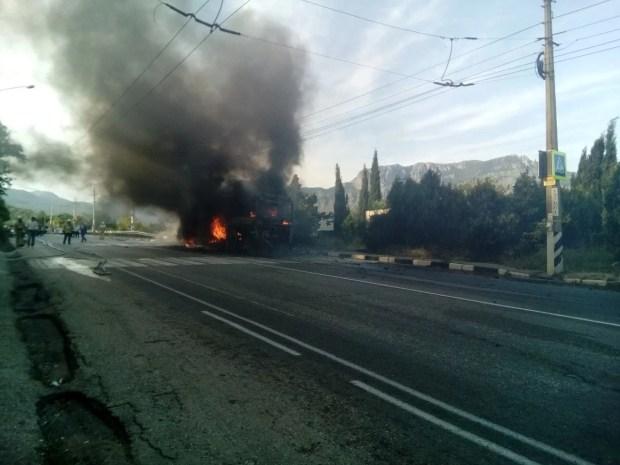 """На трассе """"Алушта-Симферополь"""" сгорел автобус. Вёз детей (+фото)"""