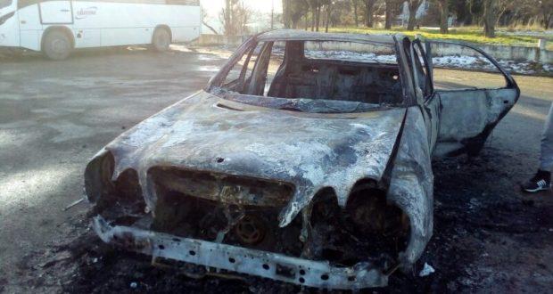 В Севастополе полностью сгорел «Мерседес»